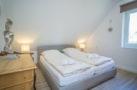 http://sylt-ferienhaus-ferienwohnung.de/wp-content/uploads/2018/05/fewo-wildrose-og-sylt-schlafzimmer-01.jpg