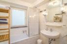 http://sylt-ferienhaus-ferienwohnung.de/wp-content/uploads/2019/12/fewo-meeresleuchten-sylt-badewanne-1.jpg